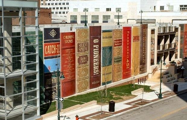 La bibliothèque aux livres géants.