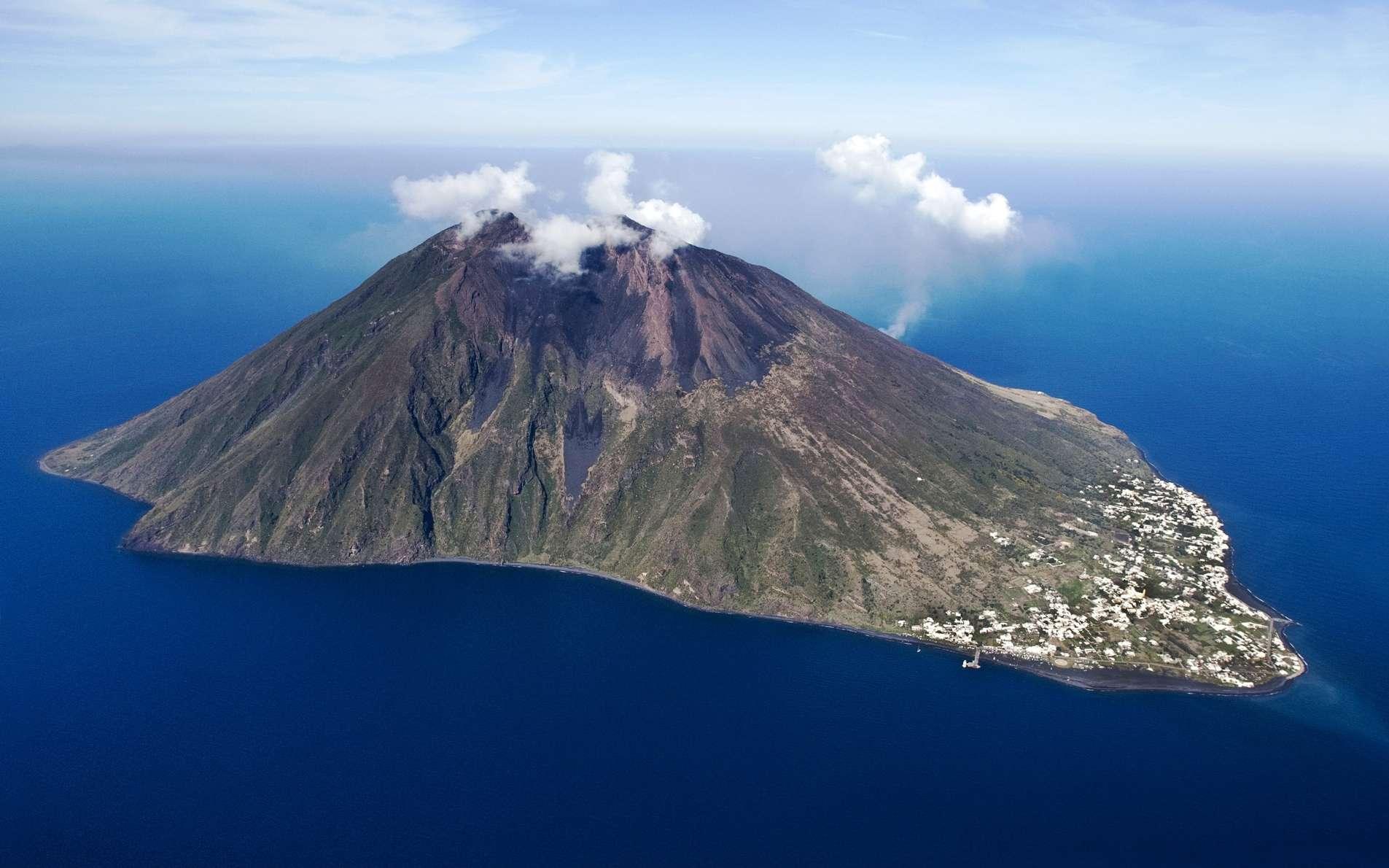 Le stromboli, le volcan au nord de la Cécile est en irruption.
