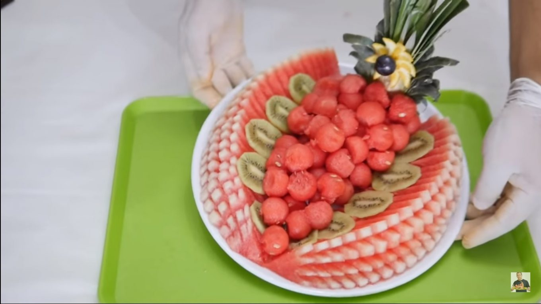 Une salade de fruits, présentée par un professionnel.
