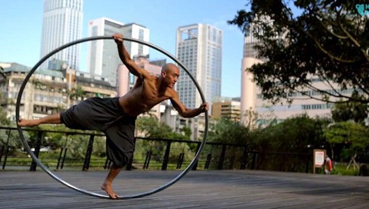 Isaac Nou, un acrobate de rue avec un cerceau.