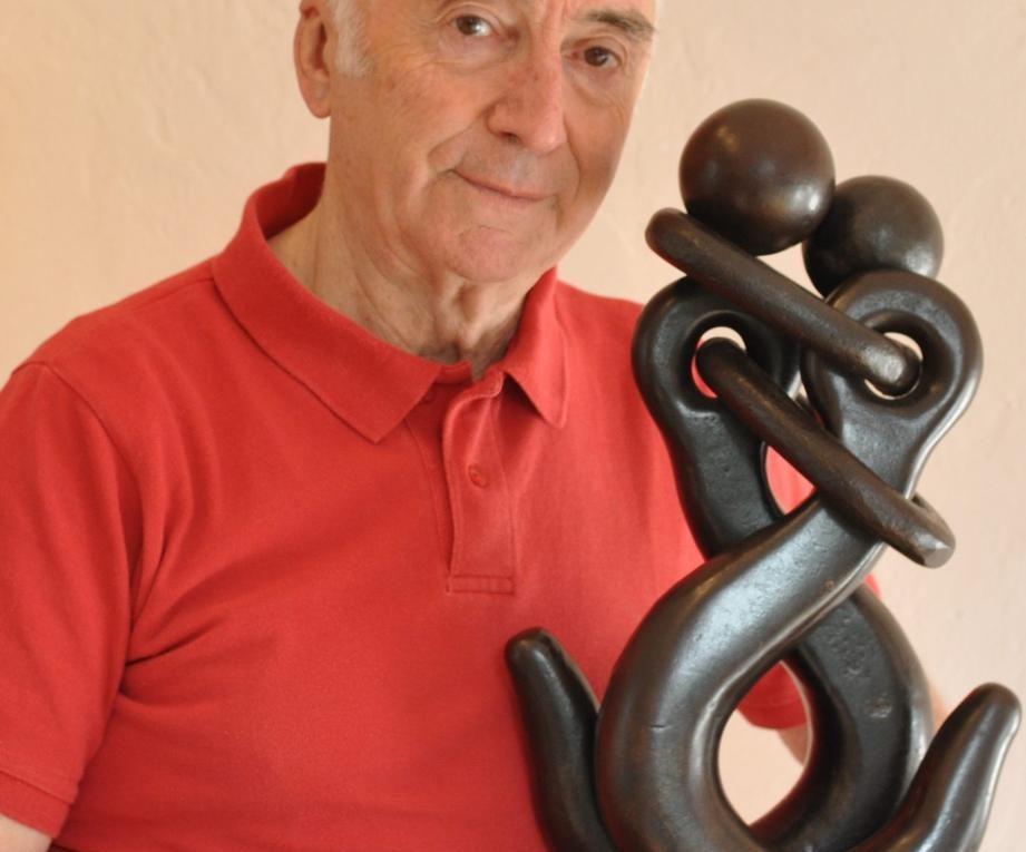 Jean Pierre Augier, un artiste qui sculpte de vieux outils en fer.