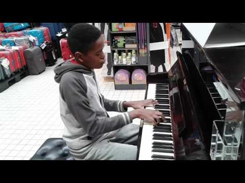 Un virtuose du piano joue dans un supermarché
