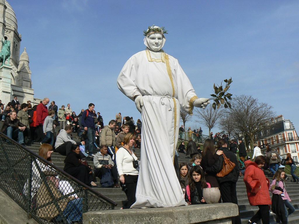 Statues vivantes, le travail si compliqué des artistes de rue