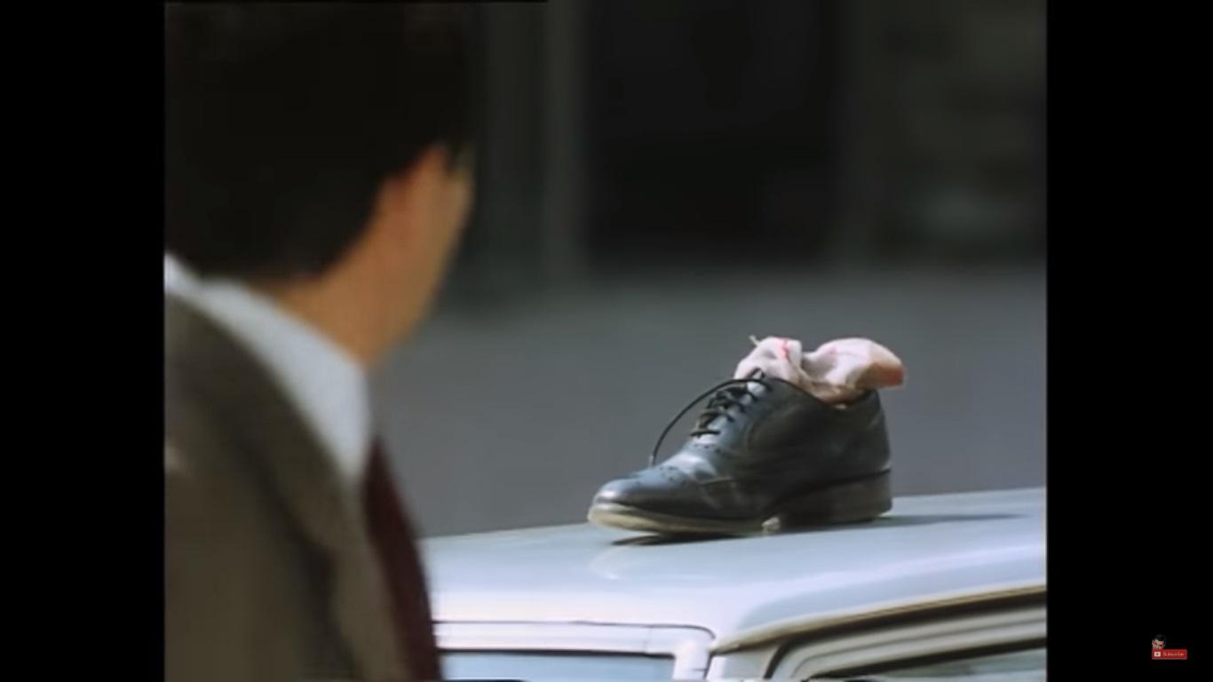 Mr Bean perd sa chaussure.