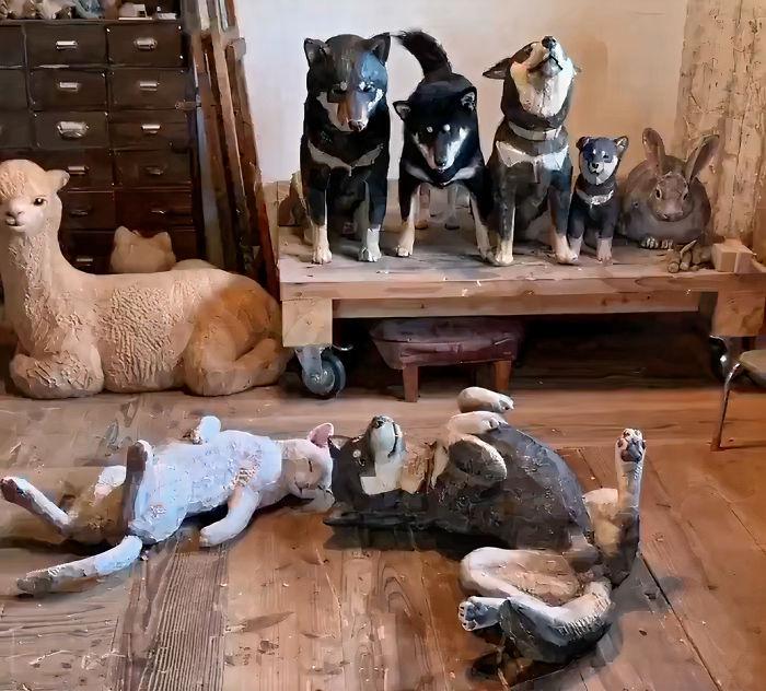 Un chien se prend pour une statuette
